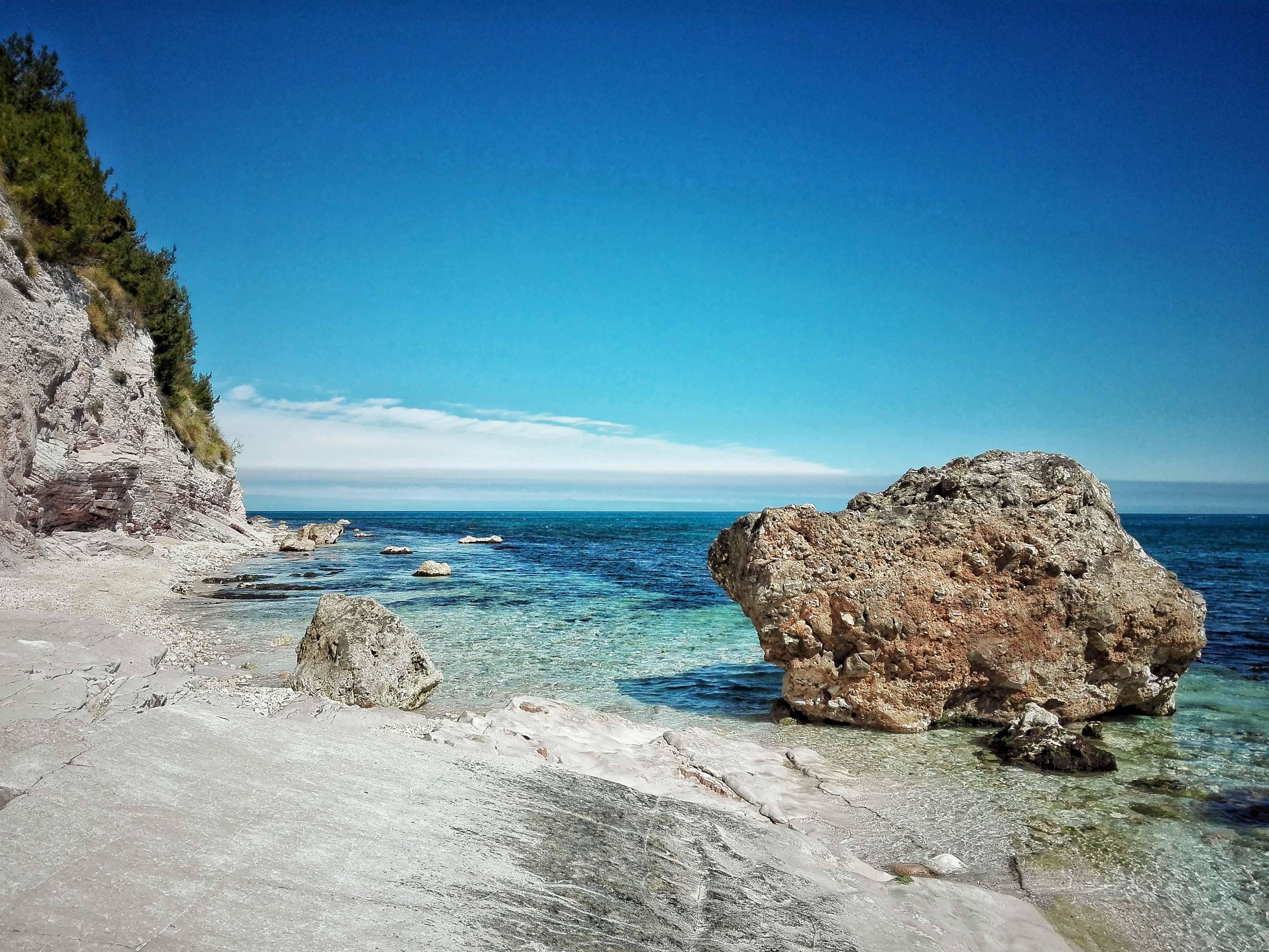 spiaggia sassi neri sirolo