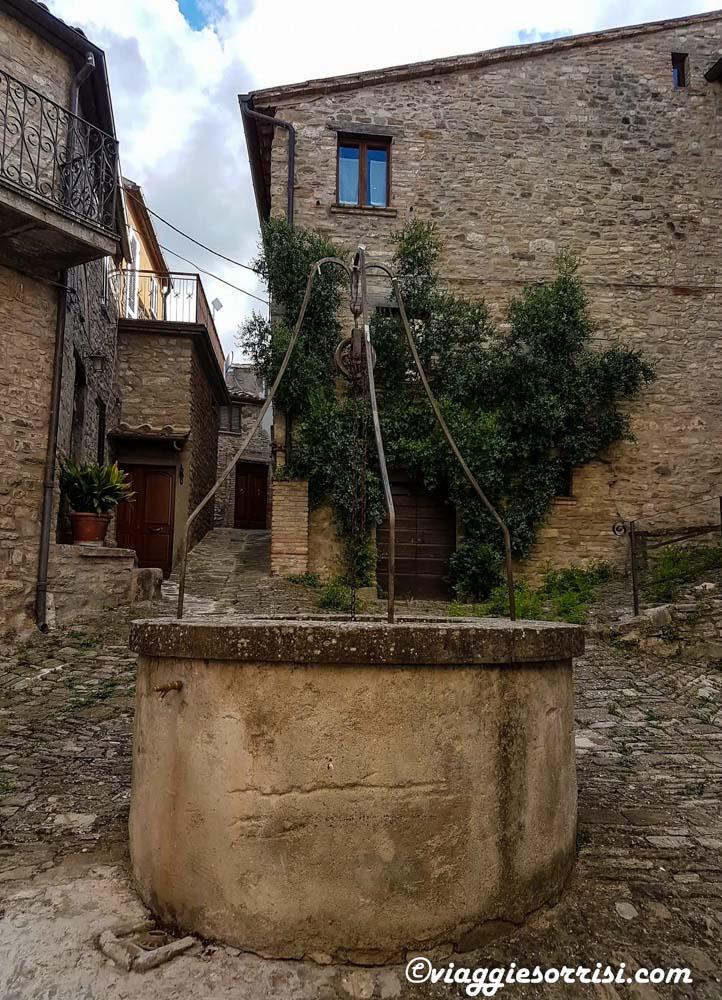 La piazza di Monterone con il suo pozzo