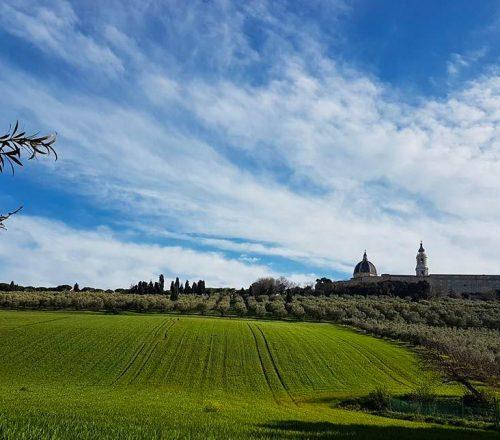 Loreto si trova in provincia di Ancona nella meravigliosa Riviera del Conero. Nella sau maestosa Basilica custodisce un grande tesoro, la Santa Casa della Vergine Maria. Cittadella di Maria e della Fede è un luogo dal fascino unico per i fedeli di tutto il mondo. Ecco cosa non perdere nella visita di Loreto.