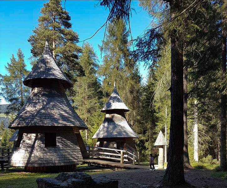 magico mondo della foresta a dobbiaco casette