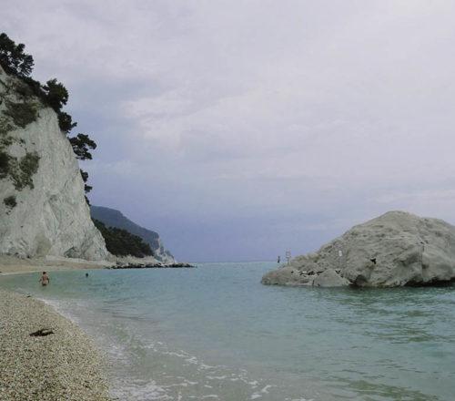 spiaggia del frate a numana